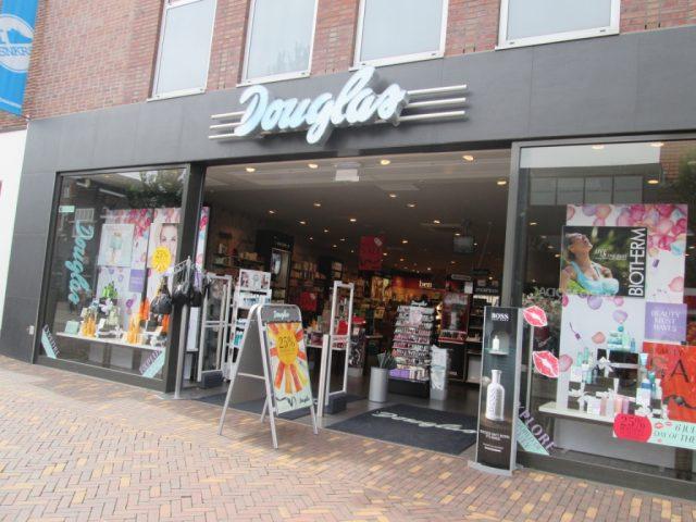 39c84ffe1bf Bij Parfumerie Douglas kunt u online uw geuren, verzorging, make-up en meer  kopen. In Veenendaal is Parfurmerie Douglas al vele jaren een vertrouwd  gezicht ...